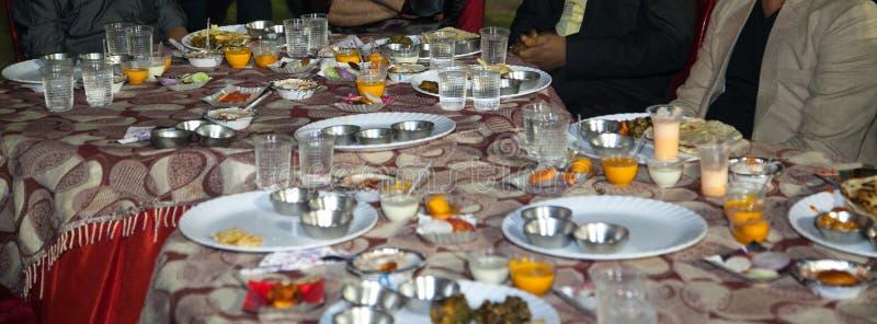 Γιορτή ή γεύμα του ζεύγους κατά τη διάρκεια του μεγάλου παχιού ινδικού γάμου στοκ φωτογραφίες