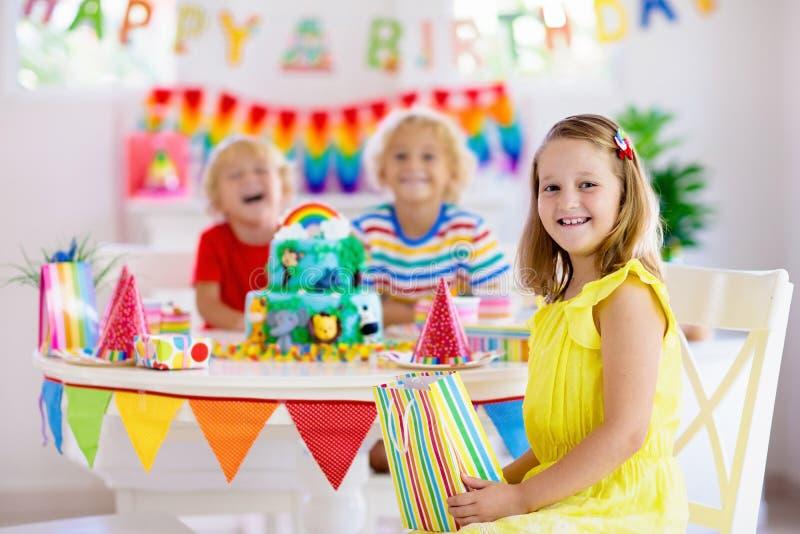 Γιορτή γενεθλίων παιδιών Κερί χτυπήματος παιδιών στο κέικ στοκ φωτογραφία με δικαίωμα ελεύθερης χρήσης