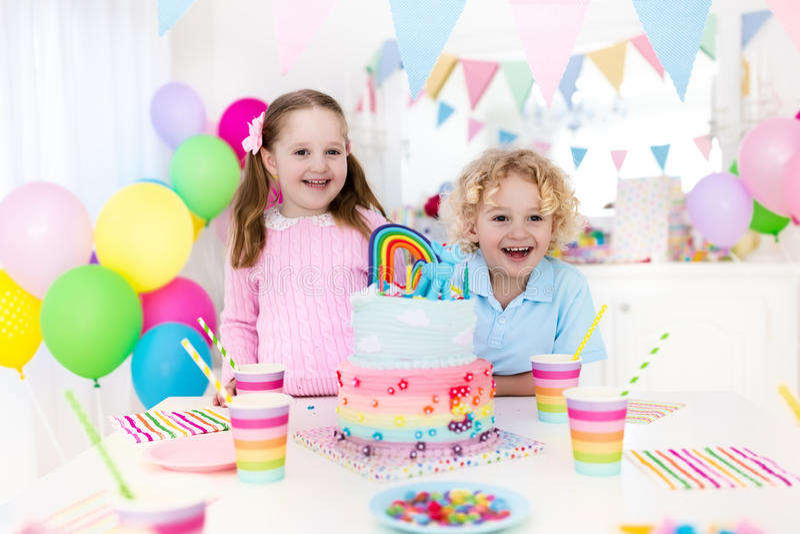 Γιορτή γενεθλίων παιδιών με το κέικ στοκ φωτογραφίες με δικαίωμα ελεύθερης χρήσης