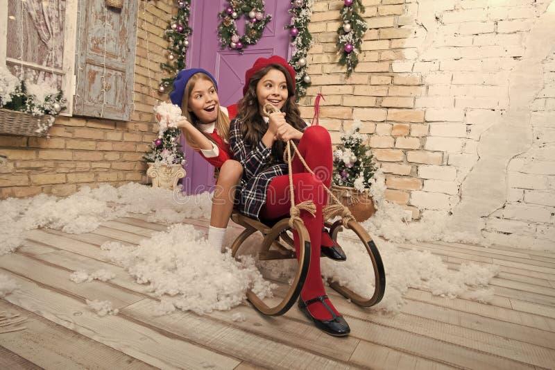 Γιορτή των Χριστουγέννων E Μικρά κορίτσια στο έλκηθρο r Χειμώνας σε απευθείας σύνδεση αγορές Χριστουγέννων στοκ φωτογραφία με δικαίωμα ελεύθερης χρήσης