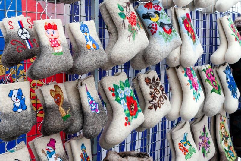 Γιορτή των herders ταράνδων και fishermans Έκθεση των παραδοσιακών ρωσικών χειμερινών παπουτσιών - αισθητές μπότες στοκ εικόνα