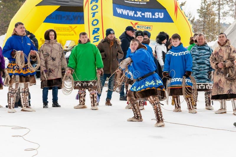 Γιορτή των herders ταράνδων και fishermans Τα herders ταράνδων στα εθνικά κοστούμια συμμετέχουν στο λάσο ρίχνοντας τους ανταγωνισ στοκ φωτογραφίες