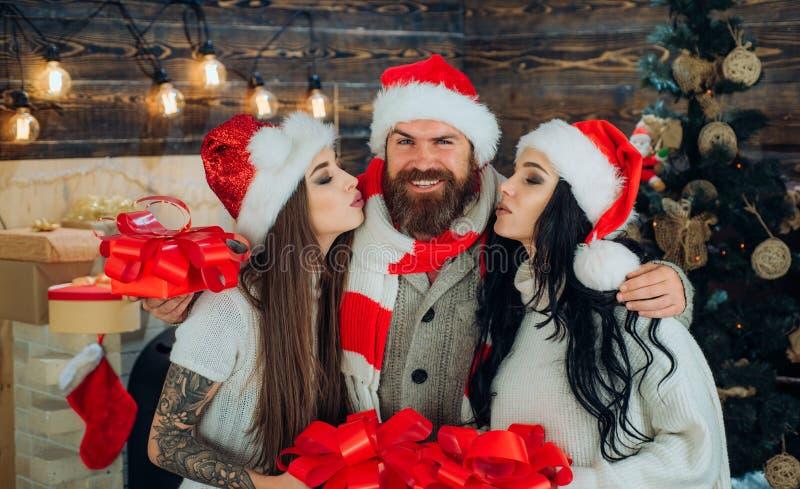 Γιορτή Χριστουγέννων Οι φίλοι γιορτάζουν το νέο έτος Ευτυχές ανθρώπων Νέο έτος νέων ευτυχής εύθυμος νέος Χρ&i στοκ φωτογραφία με δικαίωμα ελεύθερης χρήσης