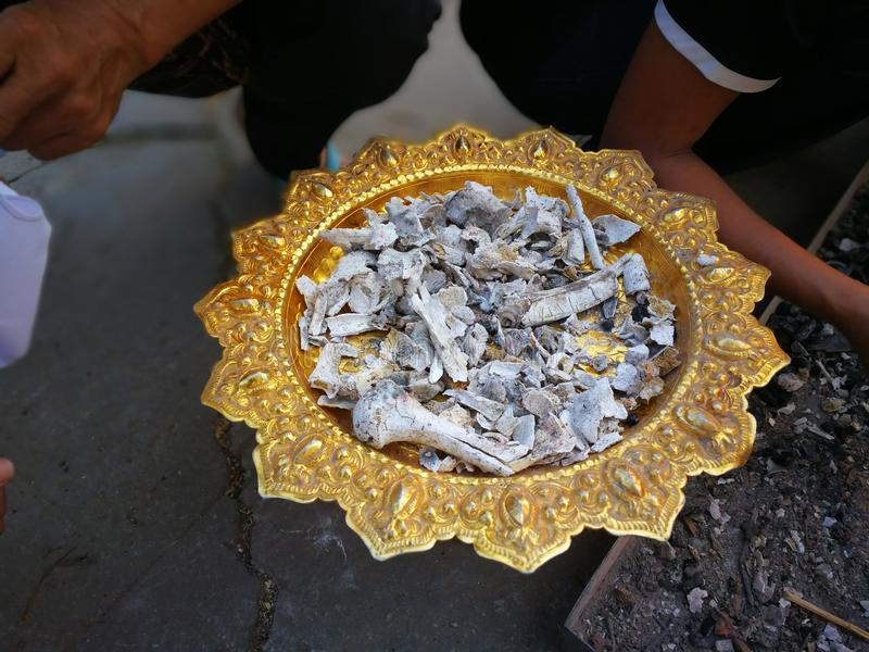 Γιος και συγγενείς του αποθανούντος ποιοι συνέλεξαν τις τέφρες το πρωί μετά από cremation στο ναό στοκ φωτογραφίες με δικαίωμα ελεύθερης χρήσης