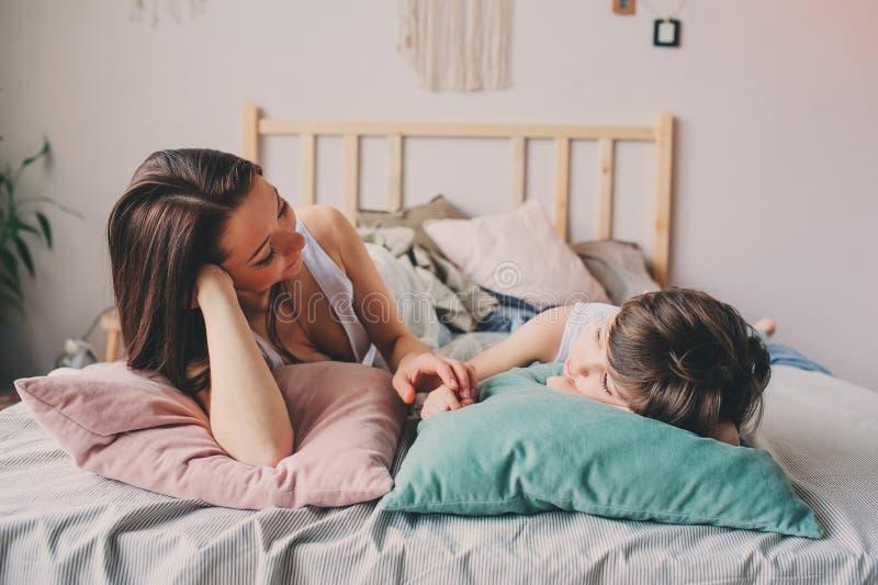 Γιος μητέρων και παιδιών που απολαμβάνει το πρωί Σαββατοκύριακου στο κρεβάτι, περιστασιακός τρόπος ζωής στοκ εικόνες