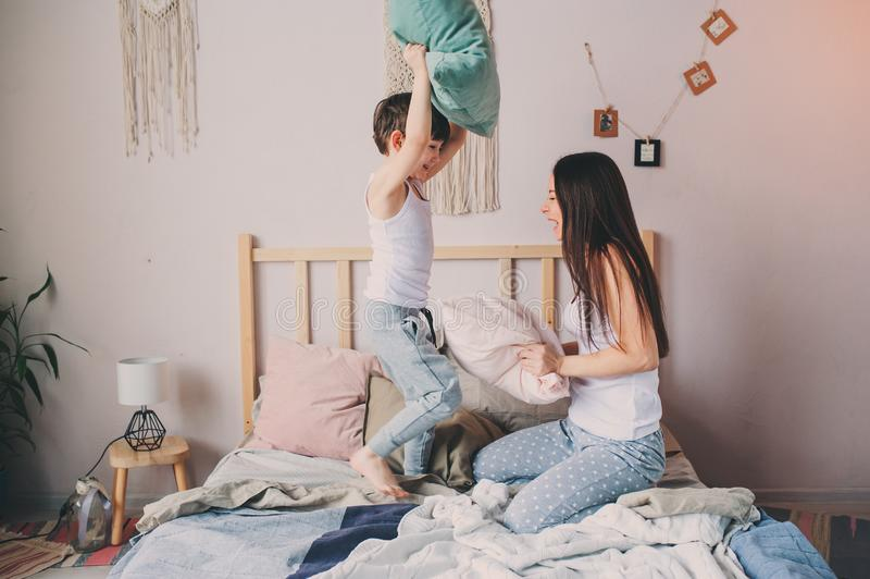 Γιος μητέρων και παιδιών που απολαμβάνει το πρωί Σαββατοκύριακου στο κρεβάτι, περιστασιακός τρόπος ζωής στοκ φωτογραφία με δικαίωμα ελεύθερης χρήσης