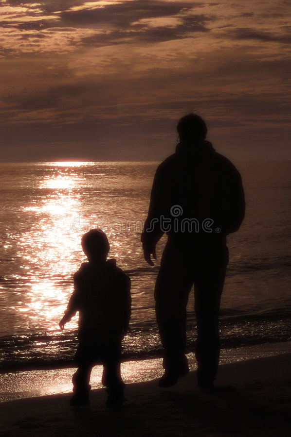 Download γιος πατέρων παραλιών στοκ εικόνα. εικόνα από ηλιοβασίλεμα - 395593