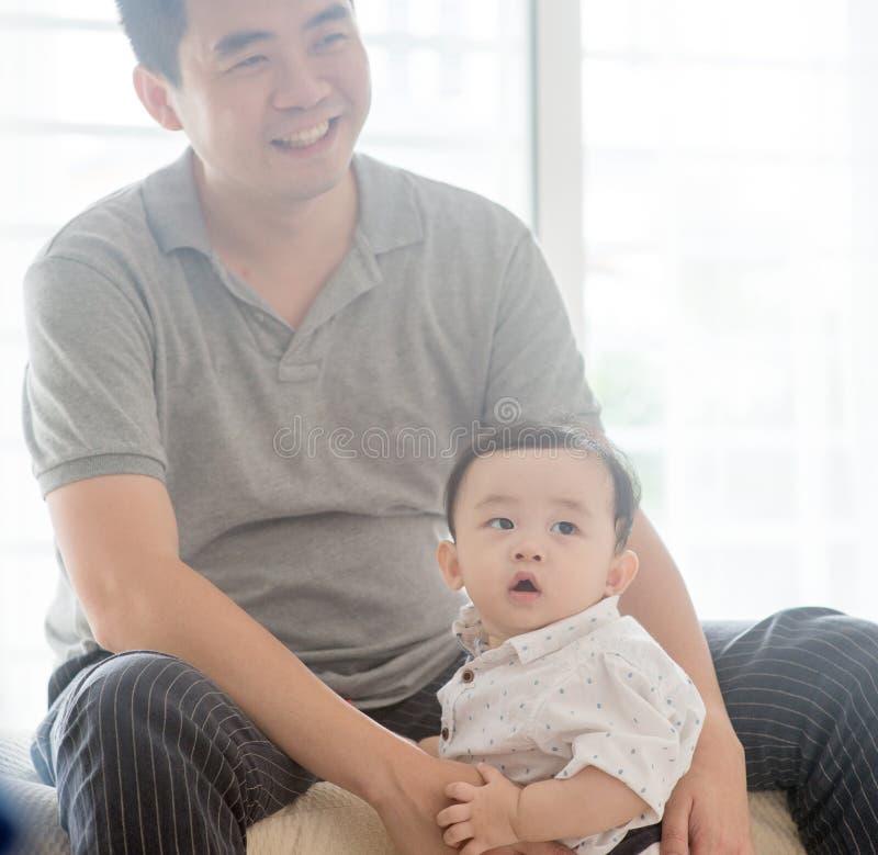 Γιος πατέρων babysit στοκ εικόνες