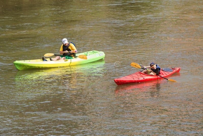 Γιος Squirts πατέρων με το πυροβόλο όπλο Kayaking νερού κάτω από τον ποταμό της Ατλάντας στοκ φωτογραφία με δικαίωμα ελεύθερης χρήσης