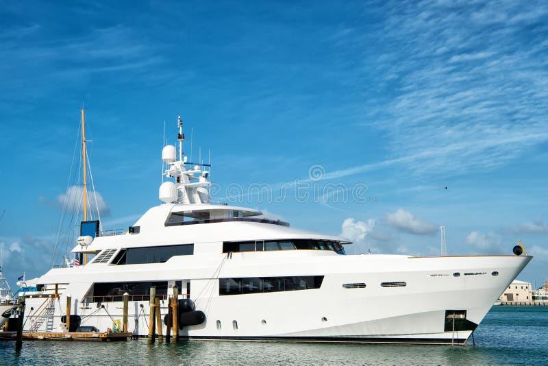 Γιοτ, βάρκα στον κόλπο στο νερό, Key West Φλώριδα, ΗΠΑ στοκ φωτογραφίες