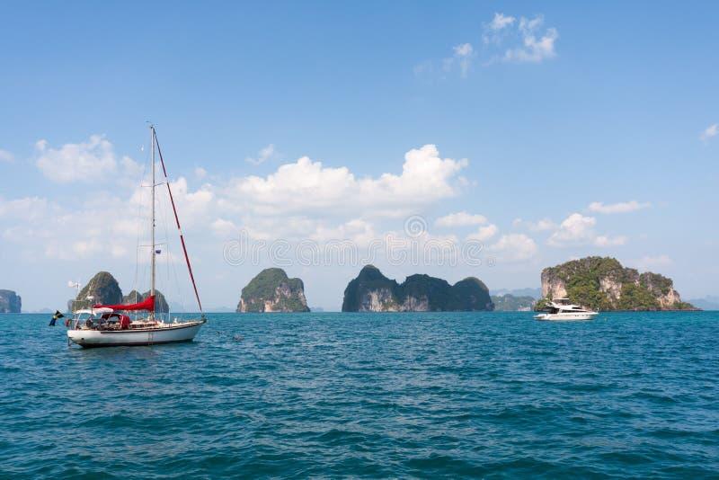 Γιοτ και βάρκα δύναμης με τα νησιά ασβεστόλιθων, κόλπος Phang Nga, Phuket, Ταϊλάνδη στοκ φωτογραφίες