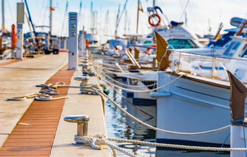 Γιοτ και βάρκες στην αποβάθρα μαρινών του Πόρτο Colom σε Majorca, Ισπανία στοκ φωτογραφίες
