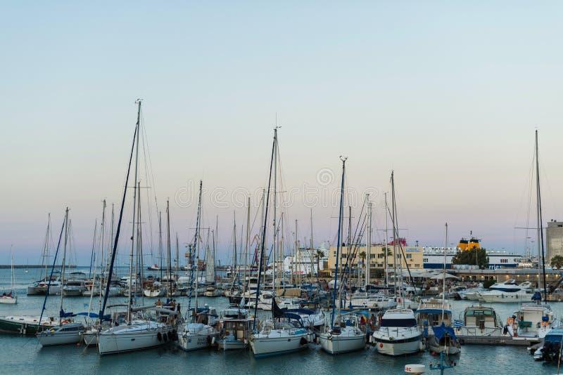 Γιοτ και πορθμείο στην ανατολή στο λιμένα Ηρακλείου Πανοραμική και τοπ άποψη Νησί Κρήτη, Ελλάδα στοκ φωτογραφία με δικαίωμα ελεύθερης χρήσης