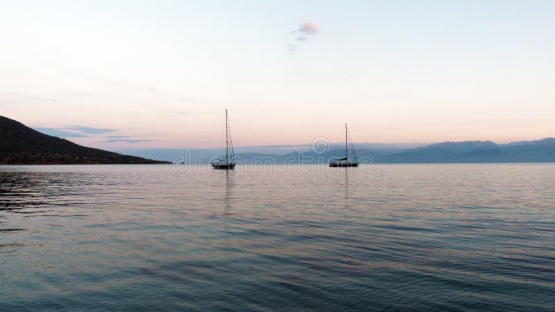 Γιοτ που δένονται στον κόλπο στη Dawn στοκ φωτογραφίες