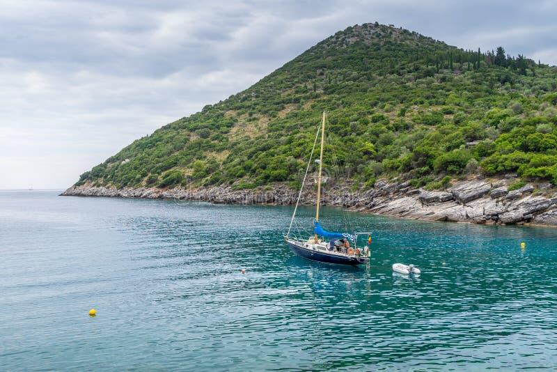 Γιοτ που αφήνει την παραλία Sarakiniko, νησί Ithaca, Ελλάδα στοκ φωτογραφία