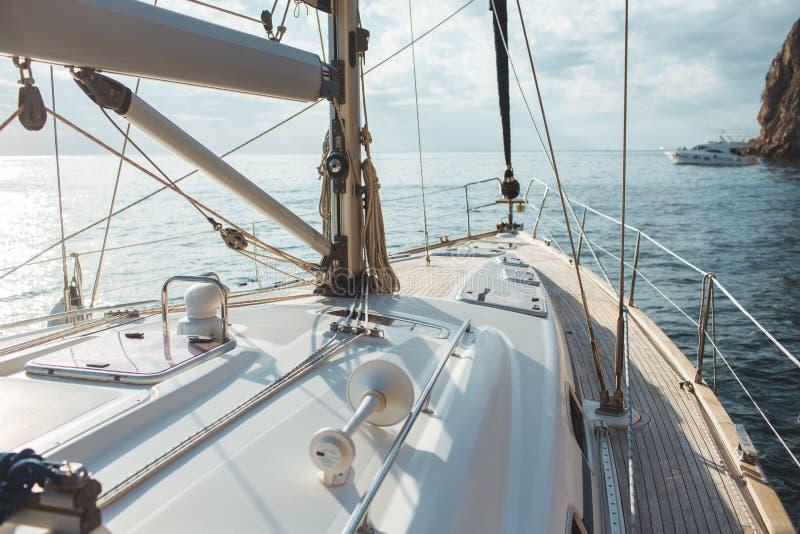 Γιοτ που πλέει στην τροπική θάλασσα στοκ φωτογραφία