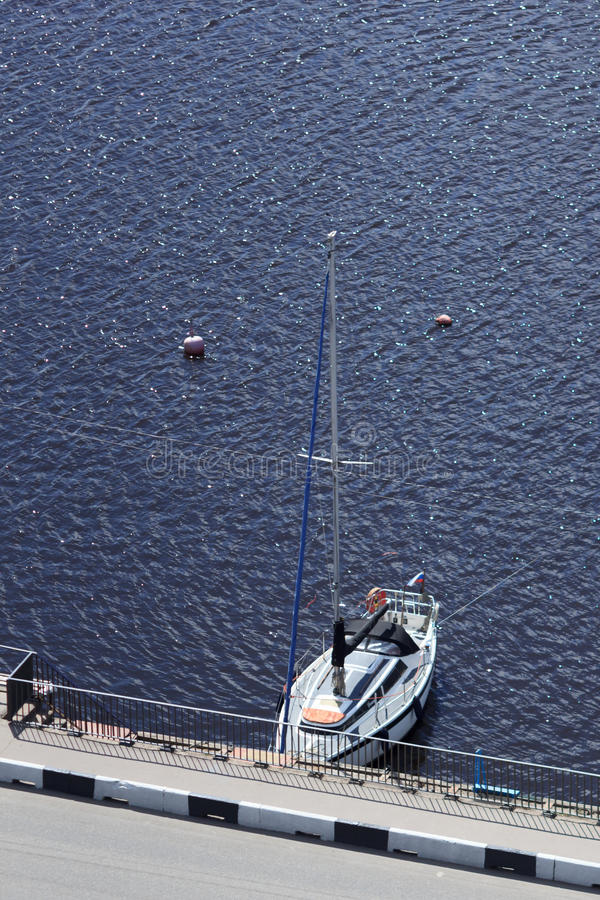 Γιοτ πολυτέλειας στην μπλε θάλασσα στοκ εικόνες