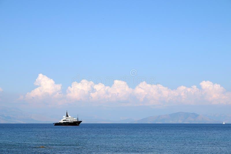 Γιοτ πολυτέλειας στο νησί της Κέρκυρας θάλασσας στοκ φωτογραφίες με δικαίωμα ελεύθερης χρήσης