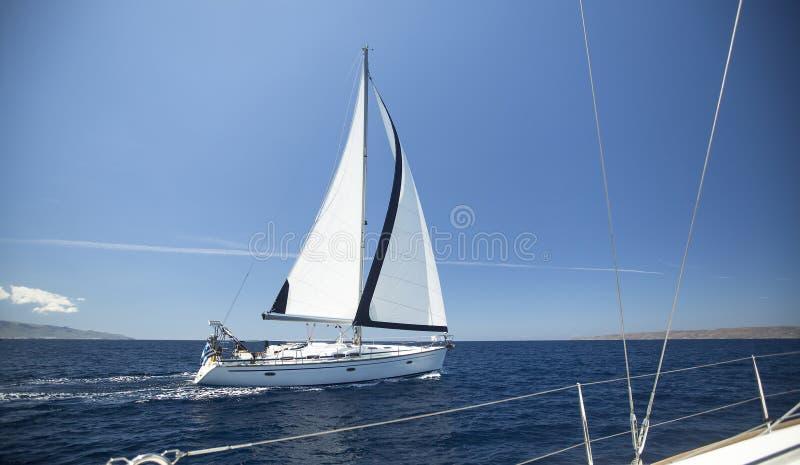Γιοτ σκαφών με τα άσπρα πανιά στην ανοικτή θάλασσα στοκ φωτογραφία