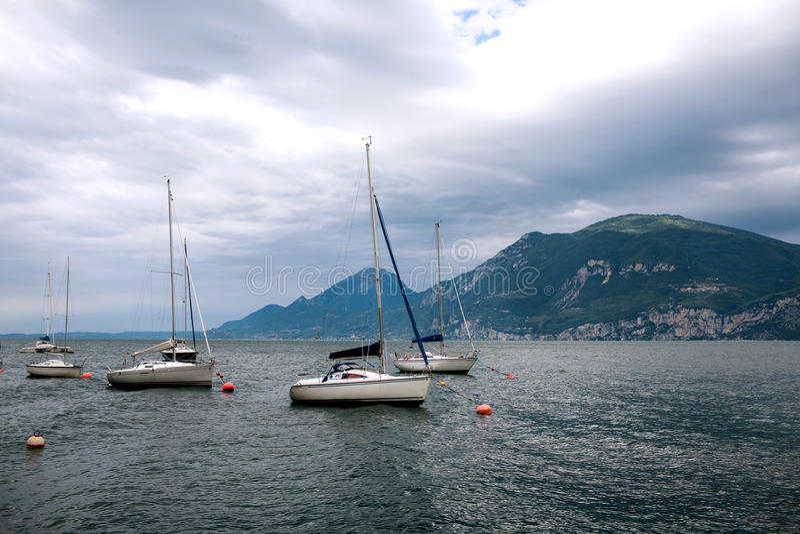 Γιοτ στη λίμνη Garda στοκ φωτογραφίες