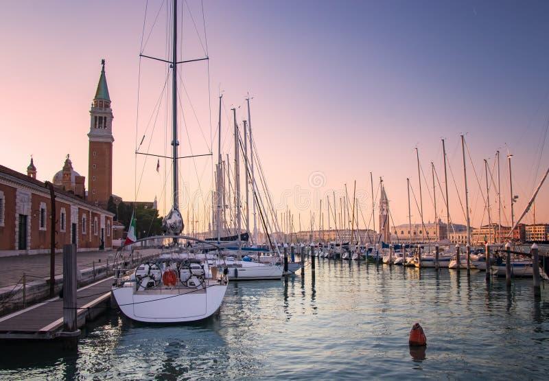 Γιοτ στο ηλιοβασίλεμα στη Βενετία στοκ εικόνες με δικαίωμα ελεύθερης χρήσης