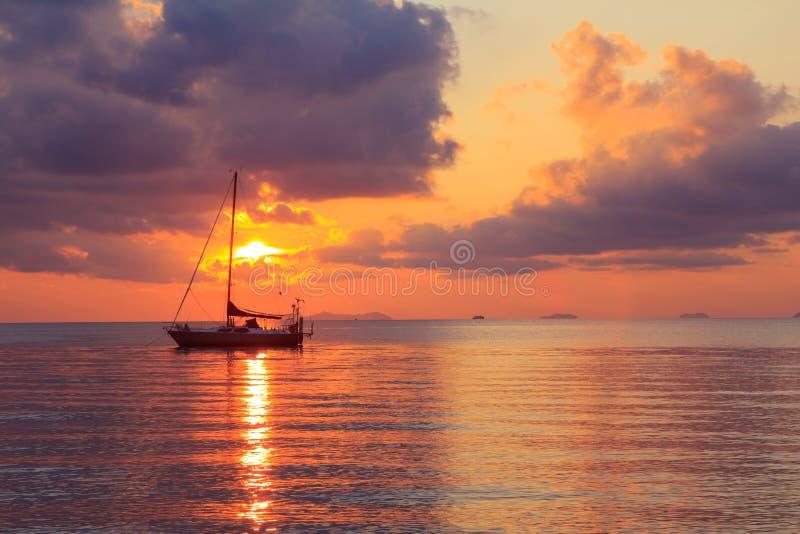 Γιοτ στο ηλιοβασίλεμα στοκ φωτογραφία με δικαίωμα ελεύθερης χρήσης