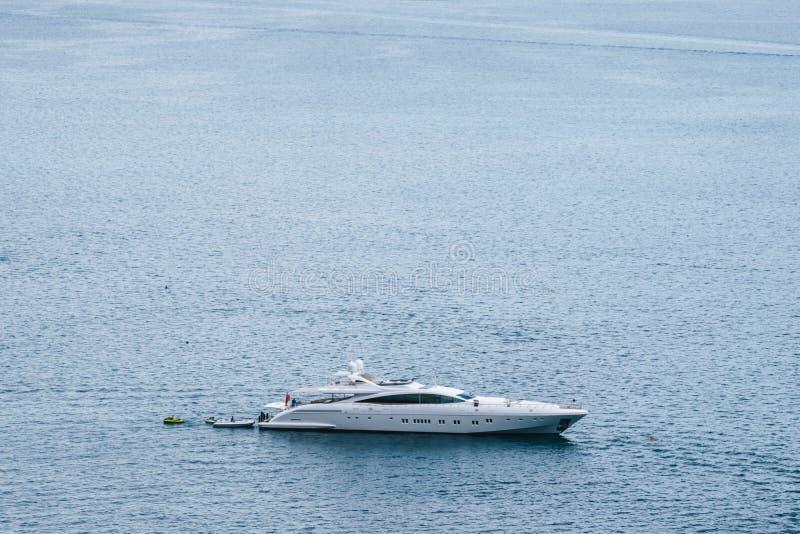 Γιοτ στο λιμάνι Positano, χωριό Cliffside, επαρχία του Σαλέρνο, η περιοχή Campania, ακτή της Αμάλφης, Costiera Amalfitana, Ιταλία στοκ εικόνα