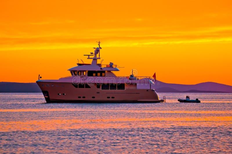 Γιοτ στο χρυσό ηλιοβασίλεμα στην ανοικτή θάλασσα στοκ εικόνα