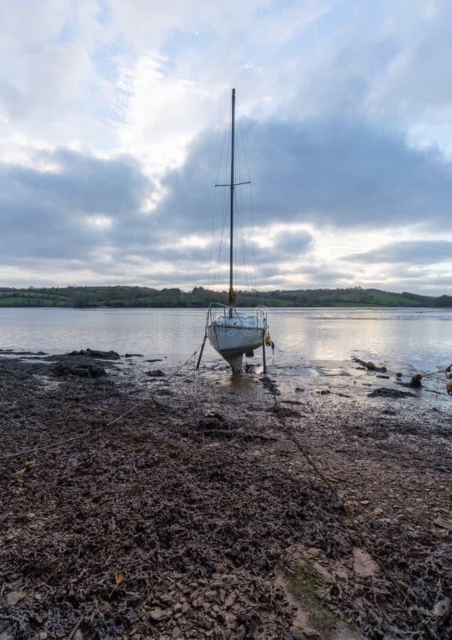 Γιοτ at low tide, Malpas, Κορνουάλλη στοκ εικόνες