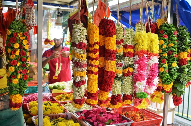 Γιρλάντες λουλουδιών την σε λίγη Ινδία, Σιγκαπούρη στοκ εικόνες