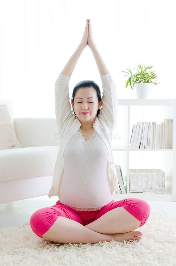 Γιόγκα εγκυμοσύνης στοκ εικόνες