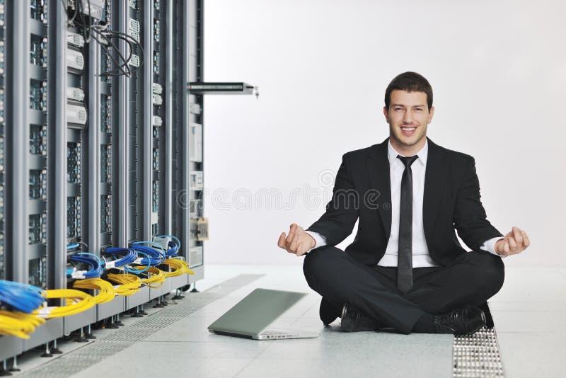 Γιόγκα πρακτικής επιχειρησιακών ατόμων στο δωμάτιο κεντρικών υπολογιστών δικτύων στοκ φωτογραφία με δικαίωμα ελεύθερης χρήσης