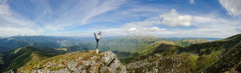 Γιόγκα πρακτικών γυναικών στα τοπ, Καρπάθια βουνά βουνών στοκ εικόνα