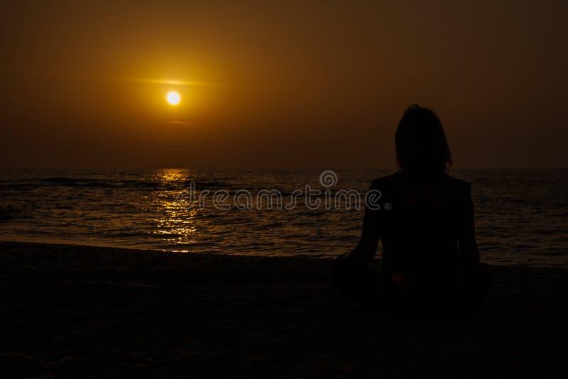 Γιόγκα στην παραλία στοκ φωτογραφίες
