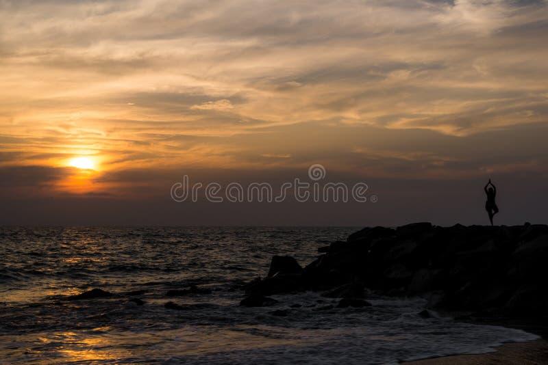 Γιόγκα στην παραλία στοκ εικόνα με δικαίωμα ελεύθερης χρήσης