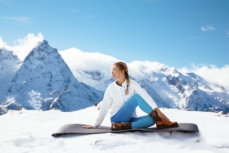 Γιόγκα στο βουνό το χειμώνα στοκ εικόνες με δικαίωμα ελεύθερης χρήσης
