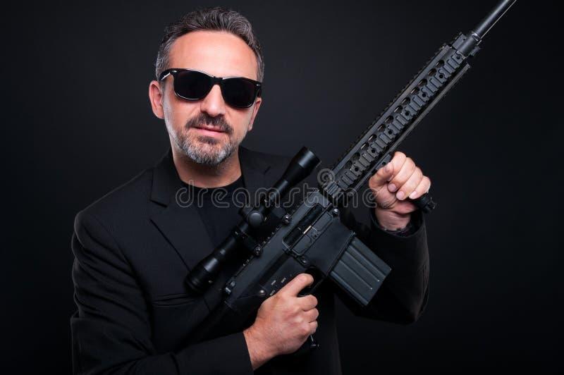 Γκάγκστερ μαφίας που παρουσιάζει πυροβόλο του στοκ φωτογραφίες με δικαίωμα ελεύθερης χρήσης