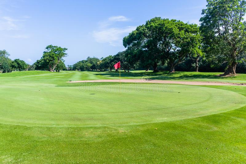 Γκολφ πράσινο σημαιών τοπίο σειράς μαθημάτων τρυπών φυσικό στοκ εικόνες