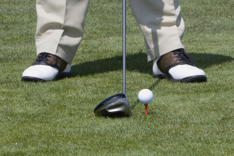 γκολφ σφαιρών που τοποθετείται στο σημείο αφετηρίας επάνω στοκ φωτογραφίες