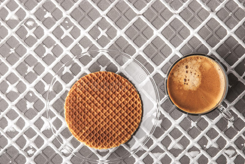 Γκοφρέτα με το φλιτζάνι του καφέ στο υπόβαθρο ανακούφισης οριζόντιο στοκ φωτογραφία με δικαίωμα ελεύθερης χρήσης