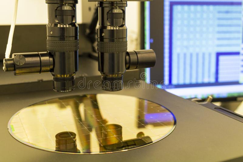 Γκοφρέτα πυριτίου στη διαδικασία μηχανών που εξετάζει στο μικροσκόπιο στοκ φωτογραφία με δικαίωμα ελεύθερης χρήσης