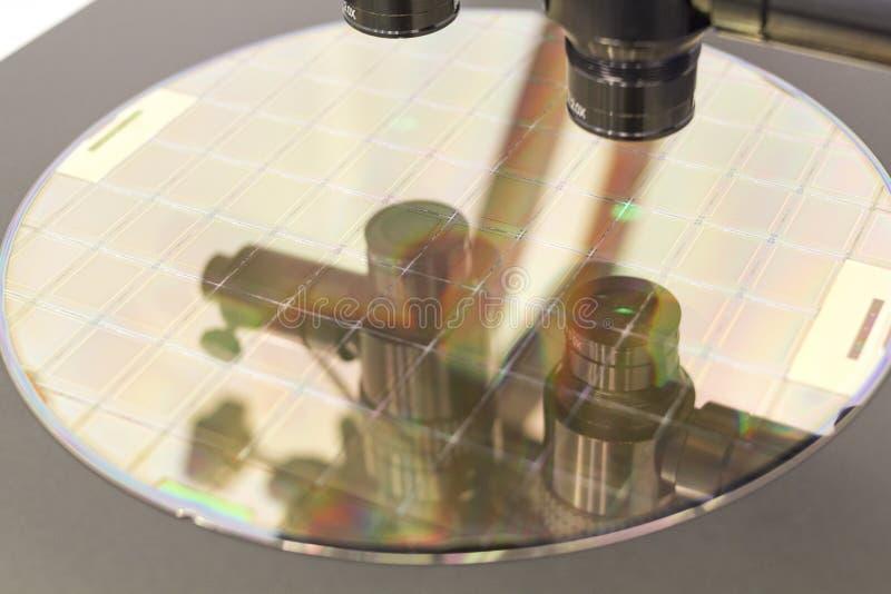 Γκοφρέτα πυριτίου στη διαδικασία μηχανών που εξετάζει στο μικροσκόπιο στοκ εικόνες