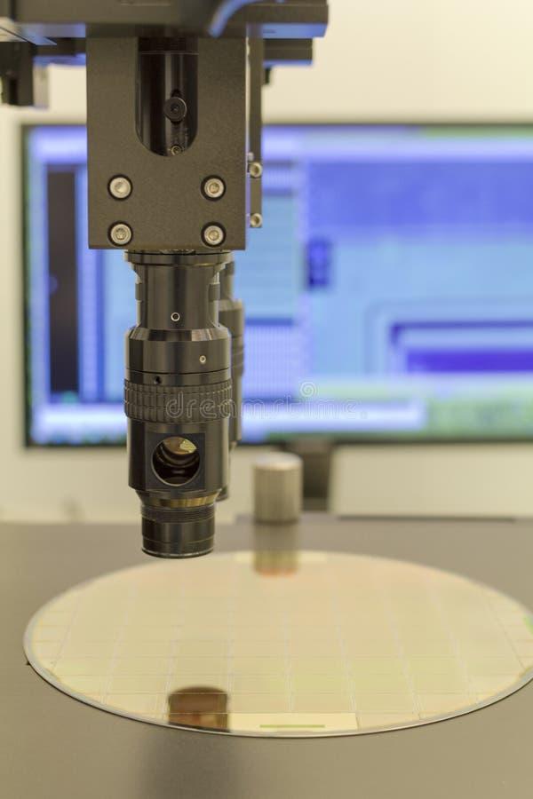 Γκοφρέτα πυριτίου στη διαδικασία μηχανών που εξετάζει στο μικροσκόπιο στοκ εικόνες με δικαίωμα ελεύθερης χρήσης