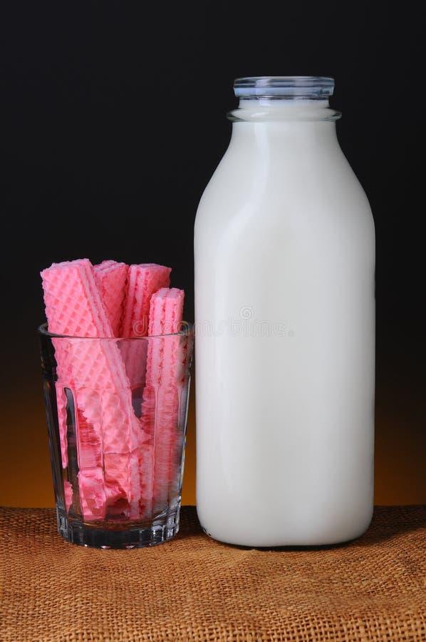 Γκοφρέτες ζάχαρης και μπουκάλι γάλακτος στοκ εικόνα
