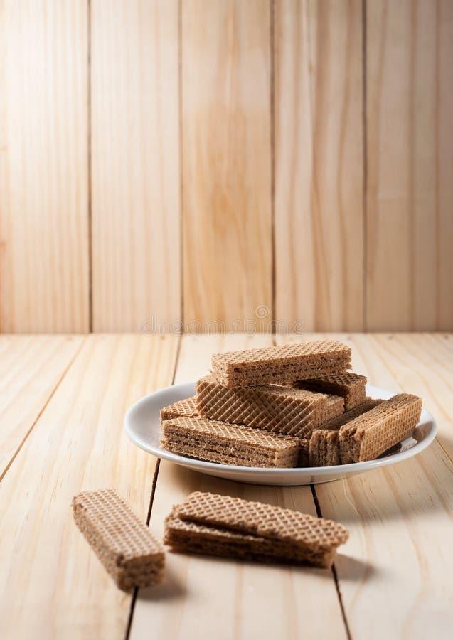 Γκοφρέτες με τη σοκολάτα στο άσπρο πιάτο στοκ εικόνες