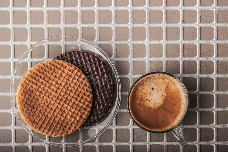 Γκοφρέτες με το φλιτζάνι του καφέ στη τοπ άποψη υποβάθρου ανακούφισης στοκ εικόνα με δικαίωμα ελεύθερης χρήσης