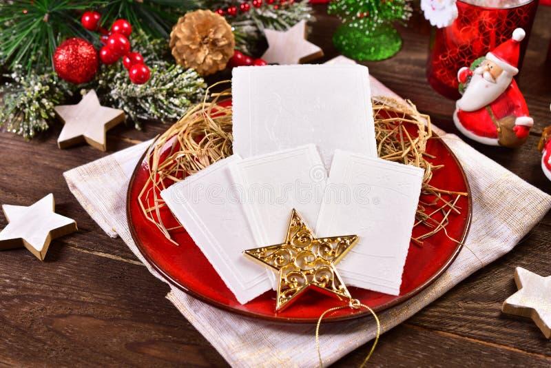 Γκοφρέτες Παραμονής Χριστουγέννων στο πιάτο με το σανό στοκ εικόνες