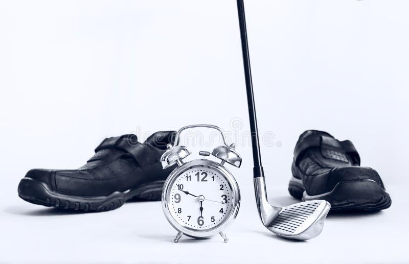 γκολφ κλαμπ και ξυπνητήρι με τα παπούτσια επιχειρησιακού δέρματος, έννοια ο στοκ εικόνες