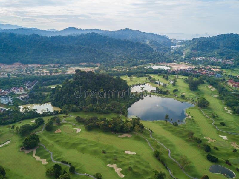 Γκολφ κλαμπ με τις λίμνες Μαλαισία που πυροβολείται από τον κηφήνα στοκ εικόνες