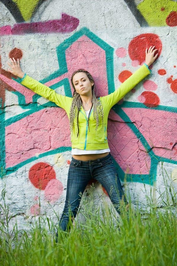 γκράφιτι κοριτσιών ανασκό&pi στοκ εικόνα με δικαίωμα ελεύθερης χρήσης